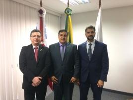 Três pessoas, Álvaro Fakredin ao centro, novo dirigentes do Conaci