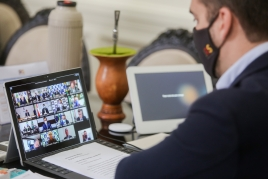 Foto do governador Eduardo Leite em videoconferência com o presidente