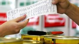 Foto de uma pessoa entregando a nota fiscal para o consumidor na hora da compra