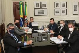 Governador do RS, Eduardo Leite conversa com autoridades